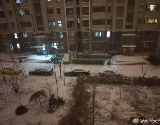 官方微博带激动的语气发布消息:下雪了,下雪了!这应该可以说是2017年入冬以来第一场明显降雪吧!终于降临啦!好激动!明早小天为大家更新雪情!