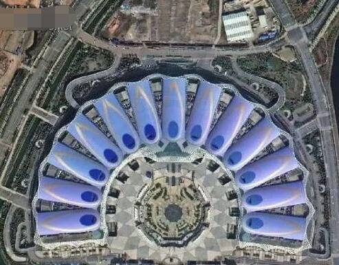 滇池国际会展中心是云南的标志性建筑。图中建筑群在太空中俯瞰如同孔雀开屏的羽毛,色彩丰富鲜艳,网状的钢筋结构清晰。