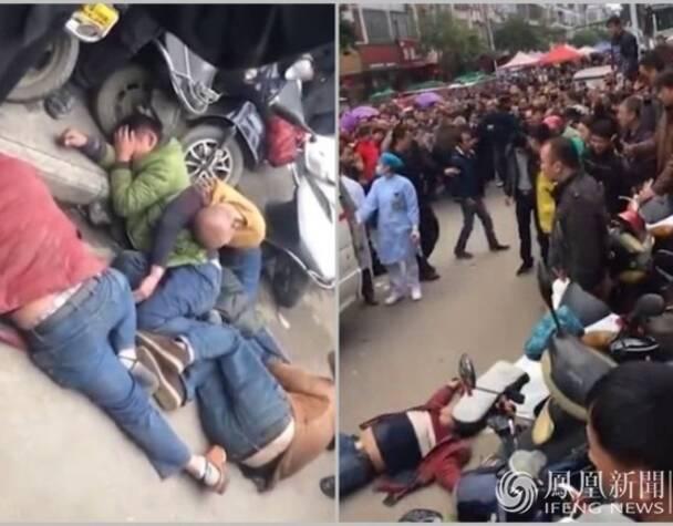 1月11日,广西南宁,4名男子被行人打倒在地,旁观者指责其抢小孩。12日警方通报,4名被打者系外来务工人员,与带孩子的夫妻因让行问题起冲突,被行人误认成人贩子。来源:澎湃新闻网