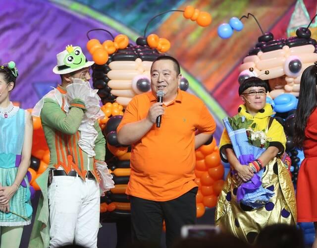 《金龟子》北京义演 何炅意外现身金龟子激动落泪图片