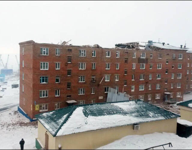 5层公寓楼屋顶被整个掀翻(组图)