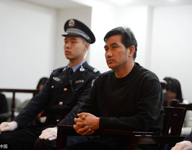 4月14日报道,以白手企业家的身份,49岁的陈良涛先后与四名女子登记
