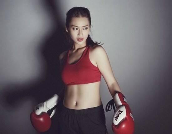 一位越南拳击美少女(Kha Ngan, Ngan Sushi)性感拳击靓照在网络上疯传,据悉此美女拳击手名叫黎颜,1997年7月出生于越南胡志明市,如今还未满19周岁,而更令人惊讶的是,她已经从事体育运动有12年之久了。