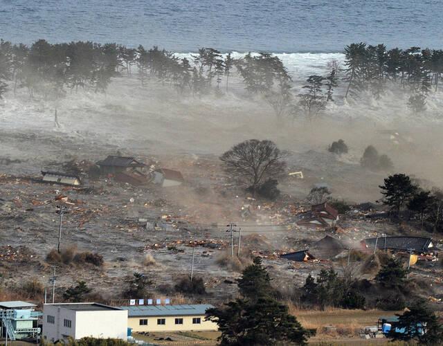 图为3·11大地震引发的海啸.