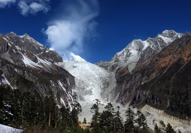 国家5a级风景名胜区海螺沟地质冰川森林公园是近距离欣赏蜀山之王贡嘎