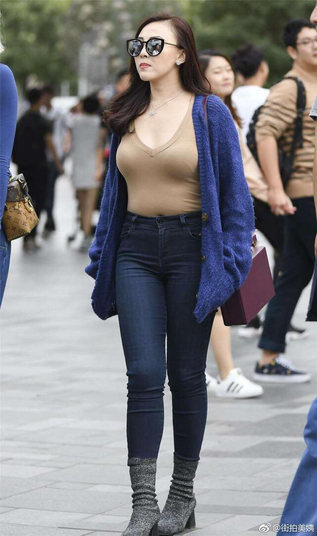 街拍:小姐姐穿针织开衫搭配牛仔裤,时髦得不要不要的!