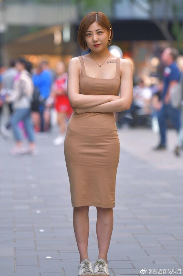 色姐姐迅雷_街拍:小姐姐穿浅咖色吊带裙自信满满,让人移不开眼睛