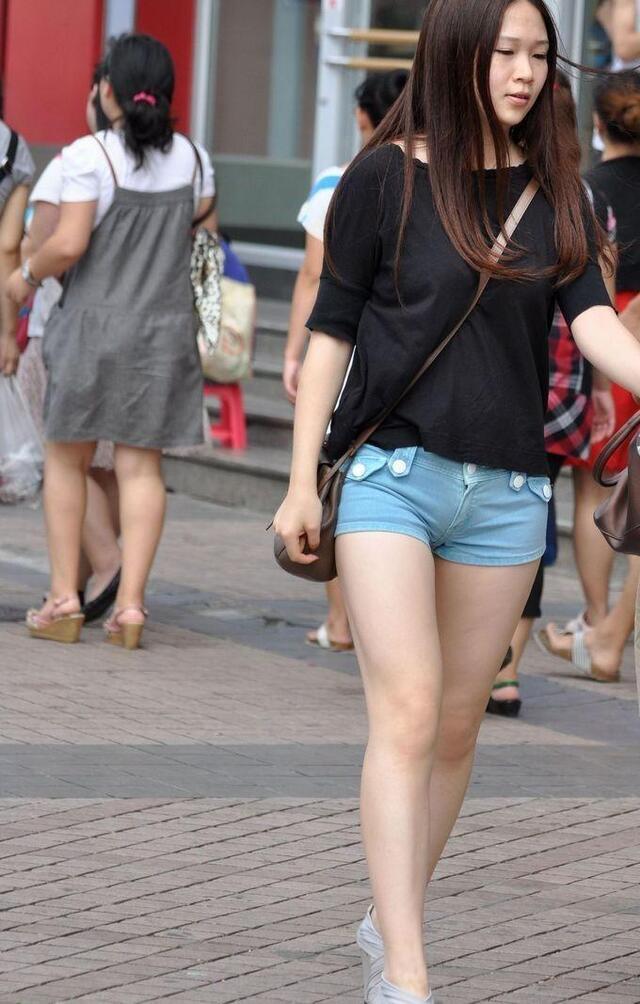 牛仔热裤黑上衣无丝美腿女生