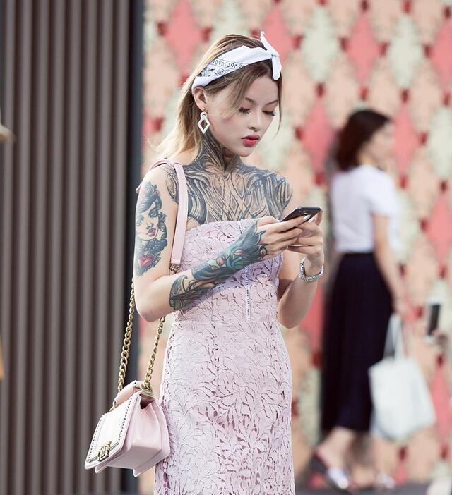 街拍:姑娘的纹身有点酷炫啊,和她的穿搭风格不同!