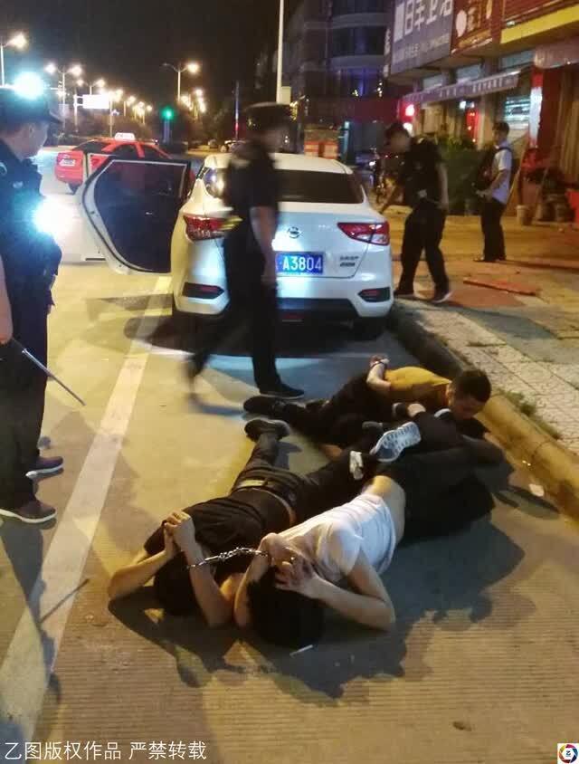 一群年轻人街头械斗,警方三分钟控制