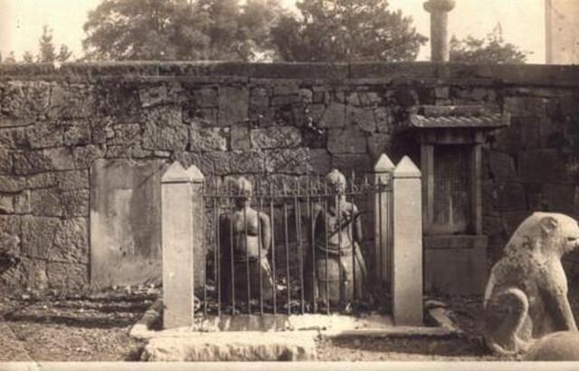 岳飞墓前秦桧像 长跪500年被砸13次
