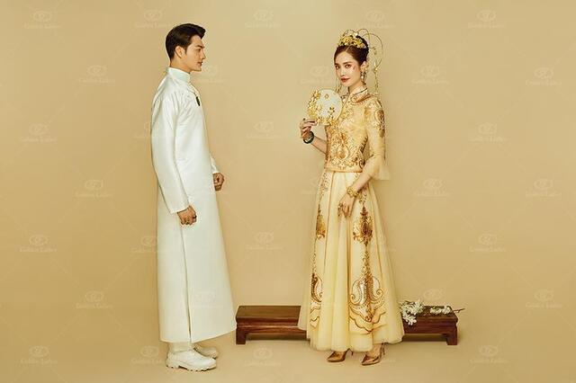 华韵风月婚纱照 传统水光缎长褂,突显儒雅气质;线条感头面设计,更注重图片