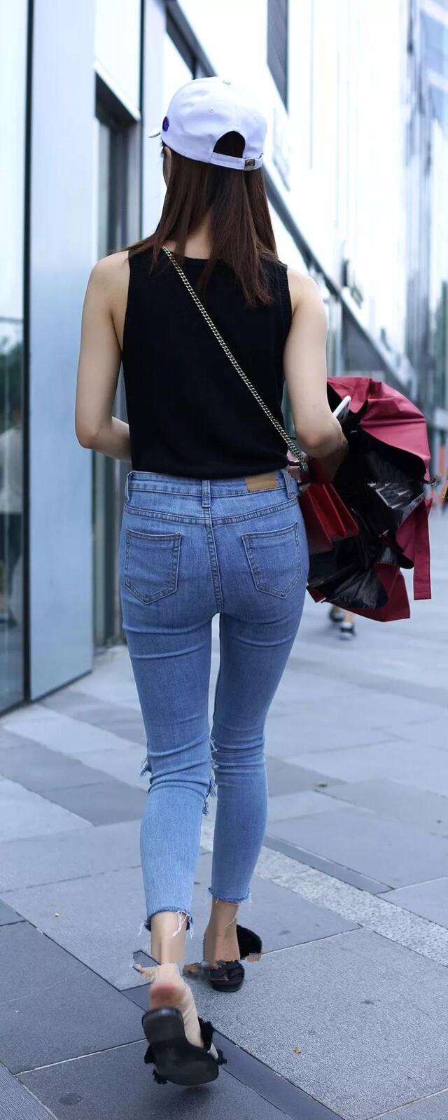 街拍:紧身牛仔裤,背影总是让人难忘