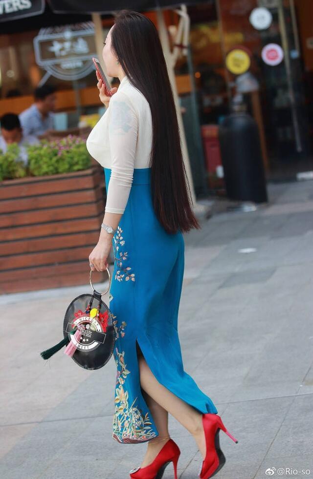 街拍:40岁小阿姨穿绣花长裙显气质,中秋假期走亲访友