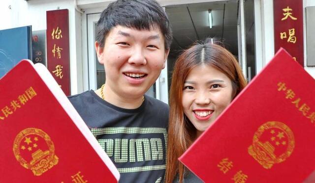 2017年8月28日,河北省秦皇岛市海港区民政局内,新人展示领取的结婚证