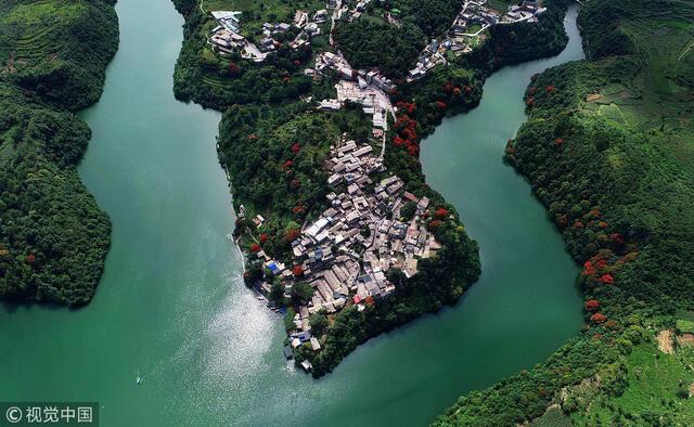 贵阳:俯瞰花溪河半岛布依寨古寨