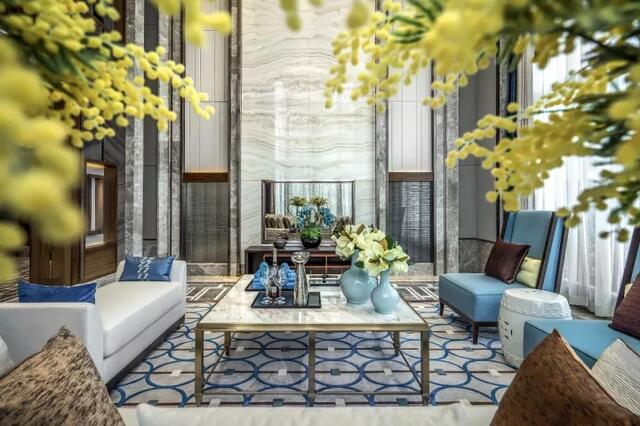 格调清新,俊逸悠远,挑高的空间架构,整整两侧墙的落地窗设计,给空间