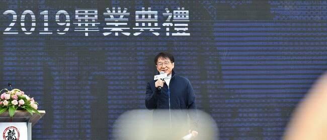 成龙武汉参加大学毕业典礼 讲述奋斗历程和学子C位合影