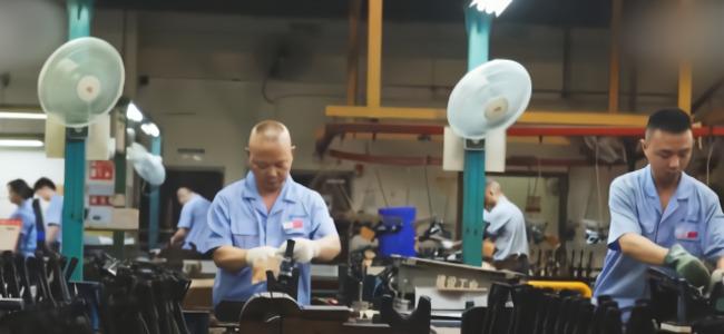 中国95式自动步枪制造工厂流水线曝光!每一把都是手工拼装完成