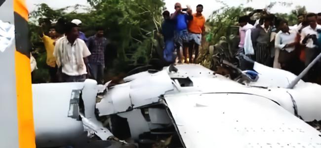 """现场!印度自制翻版""""捕食者""""无人机试飞坠毁 大量当地群众围观"""