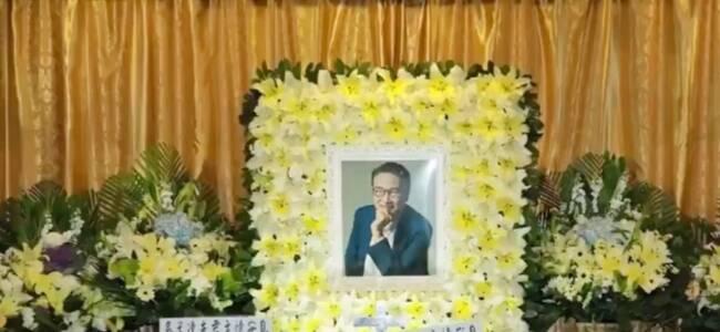 吴孟达丧礼现场曝光:19岁儿子神情哀伤,周星驰送花圈悼念