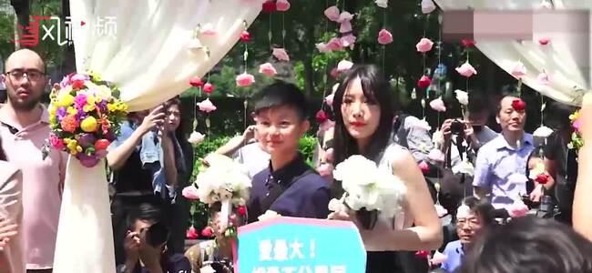 台湾同性婚姻法实施 超300对情侣同天结婚