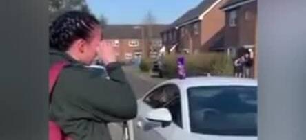 英国急救中心女员工出门上班 街道邻居集体鼓掌向她致敬