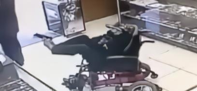 脑瘫男子坐轮椅抢劫 用双脚举枪威胁:不要声张