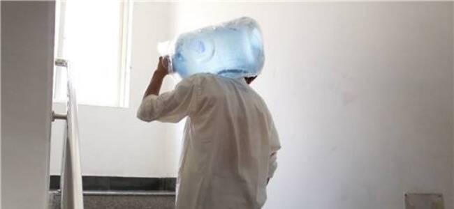 杭州送水大叔被暖哭:这个男生默默帮我扛几十桶水上楼