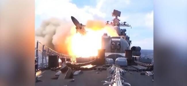 """探秘解放军舰载导弹:命中""""敌方""""军舰燃起巨大火球"""