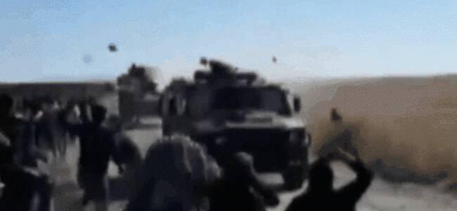 """俄土联合巡逻车队遭石头雨""""袭击"""" 还有大铁锤"""