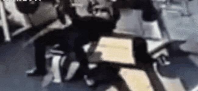 危险!男子健身房卧推杠铃脱手被砸 起身后栽倒在地