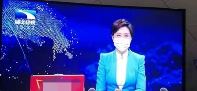 湖北电视台主持人节目中为公众示范戴口罩