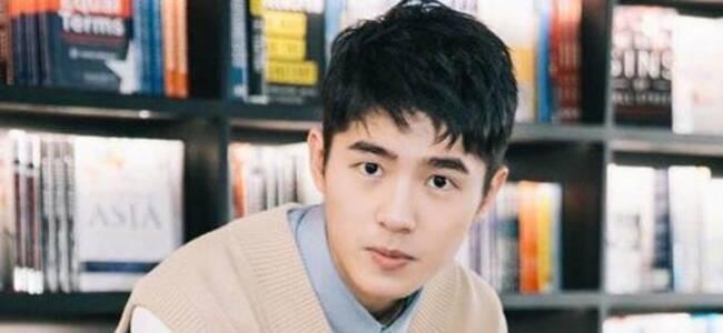 刘昊然拼完乐高躺地放空,网友追问:论文写完了吗?