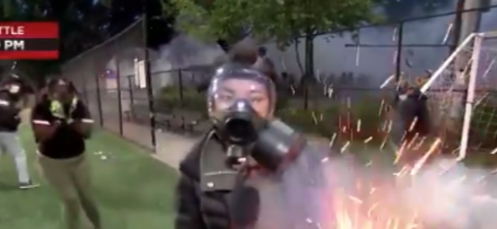 美国女记者直播抗议活动,突然被闪光手榴弹击中