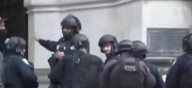 纽约突发枪击案:枪手朝警方开火 大批警力持枪警戒