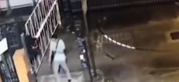 男子持铁锤翻墙闯警署袭警 港警一招将其制服