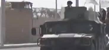 """塔利班举行胜利""""阅兵"""" 展示缴获的美制武器"""