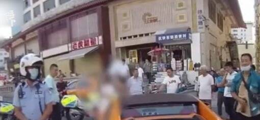 豪车噪声扰民被周边群众拦停 民警:驾照是假的还敢出示?