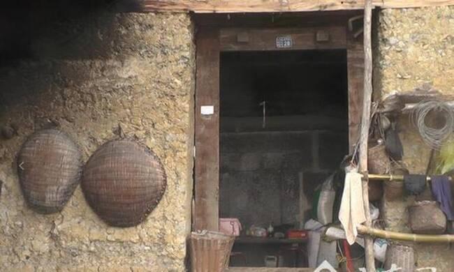 """8旬老夫妇将坟墓建在家中30年 每晚睡在坟前"""""""