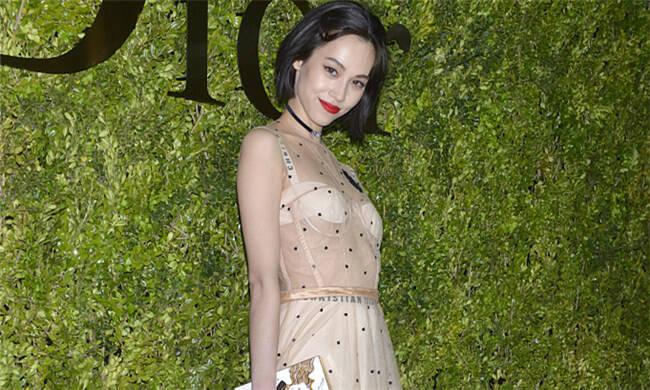 名模水原希子穿透视裙亮相时装秀