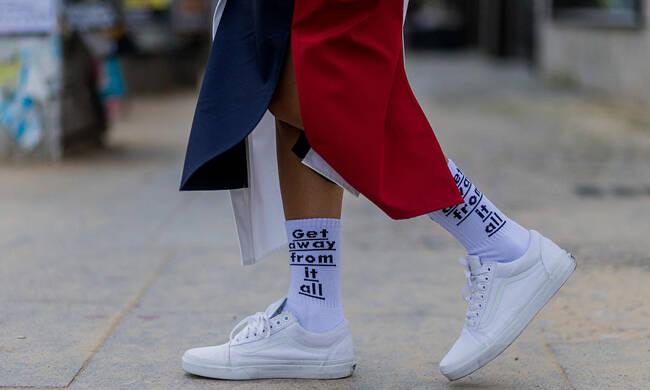 """现在流行""""老汉穿袜法"""",袜筒越高越时髦!"""