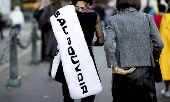 今年只要有这条字母围巾就足够拉风了!