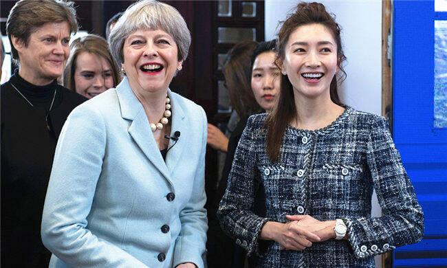 她陪英国首相谈笑风生逛武大