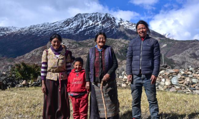 """藏区人家的第一张全家福"""""""