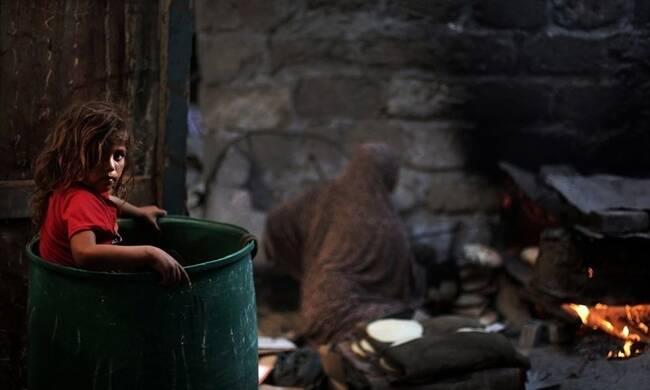 战乱下的加沙儿童 垃圾堆成