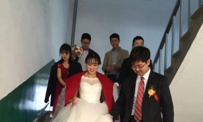 """大喜日子赶上研究生复试 新娘穿婚服进考场"""""""