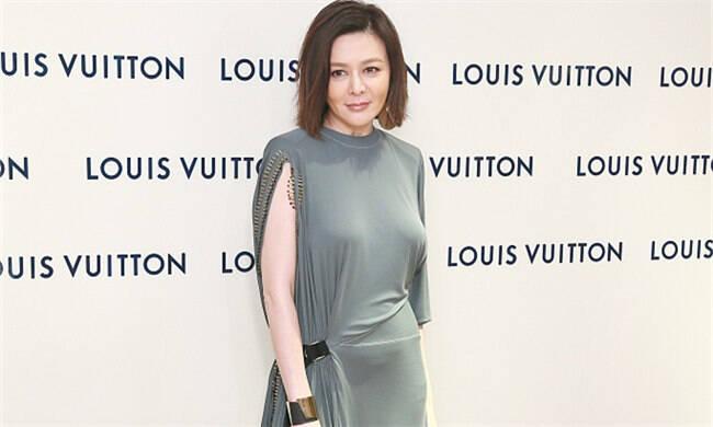 54岁关之琳穿连衣裙身材好突出