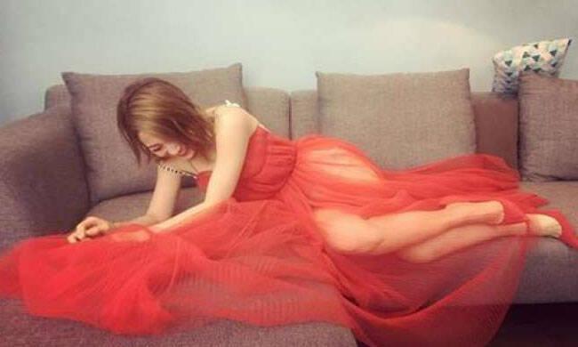 女星穿透视裙拍照被看光