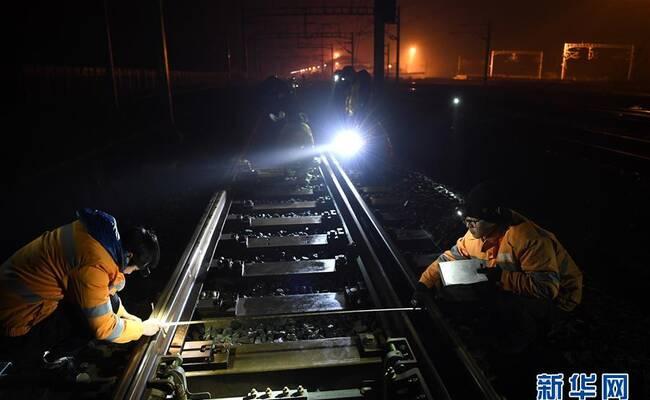"""寒夜里的高铁守护者 多数线路工人都是""""90后"""""""
